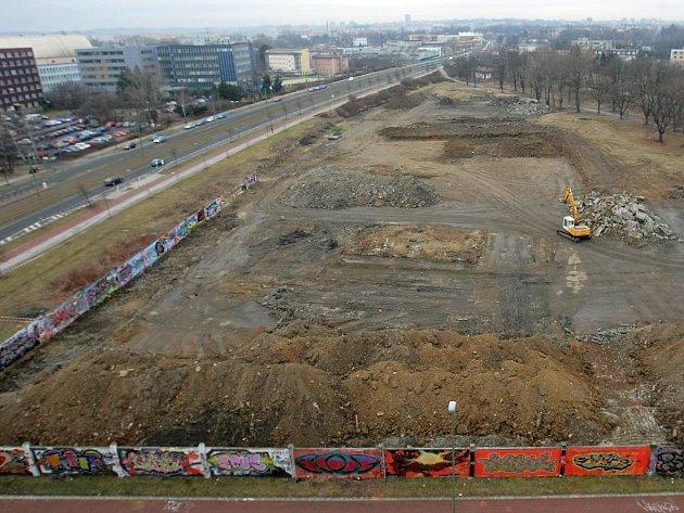 Chystané staveniště víceučelového komplexu mezi třídou Kosmonautů a řekou Moravou