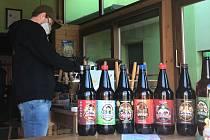 V roušce a s rozestupy. Jadrníčka si mohou lidé v pivovarské hospodě v Náměšti na Hané vychutnat přes výdejní okénko
