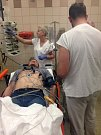 Po vyšetření už lékaři vědí, jak budou postupovat. Mají potvrzenu fibrilaci síní. Chystají se natočit EKG. Už nic nebrání tomu, aby zahájili léčbu.