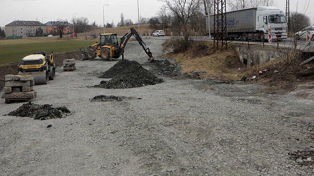 Příprava uzavírky na silnici mezi Olomoucí a Šternberkem v Týnečku
