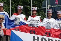 Skupina fanoušků z Olomouce a okolí vyrazila na hokejové MS na Slovensku ve speciálních dresech.