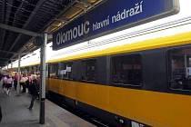 Žlutý expres RegioJet na hlavním nádraží v Olomouci