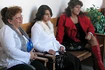 Iveta Červeňáková (uprostřed) u olomouckého Vrchního soudu