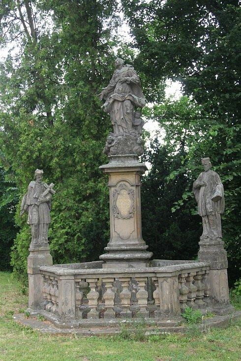 Sousoší Panny Marie se sochami svatého Jan Nepomuckého a svatého Jana Sarkandra před zámkem ve Velkém Týnci.
