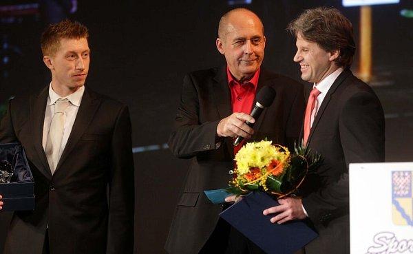 Obránce Jiří Ondrušek (vlevo) a majitel HC Olomouc Jan Tomajko. Vyhlášení Sportovce Olomouckého kraje za rok 2015