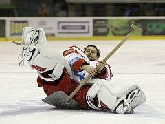 Olomoučtí hokejisté (v bílém) porazili Liberec 2:1 po samostatných nájezdech. Branislav Konrád.