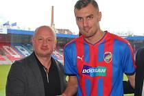 Tomáš Chorý v Doosan Areně s generálním manažerem FC Viktoria Plzeň Adolfem Šádkem