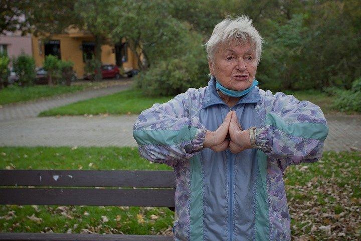 Seniorka roku 2020 Eva Trejbalová při cvičení venku, když se kvůli covidu nemohlo do tělocvičen