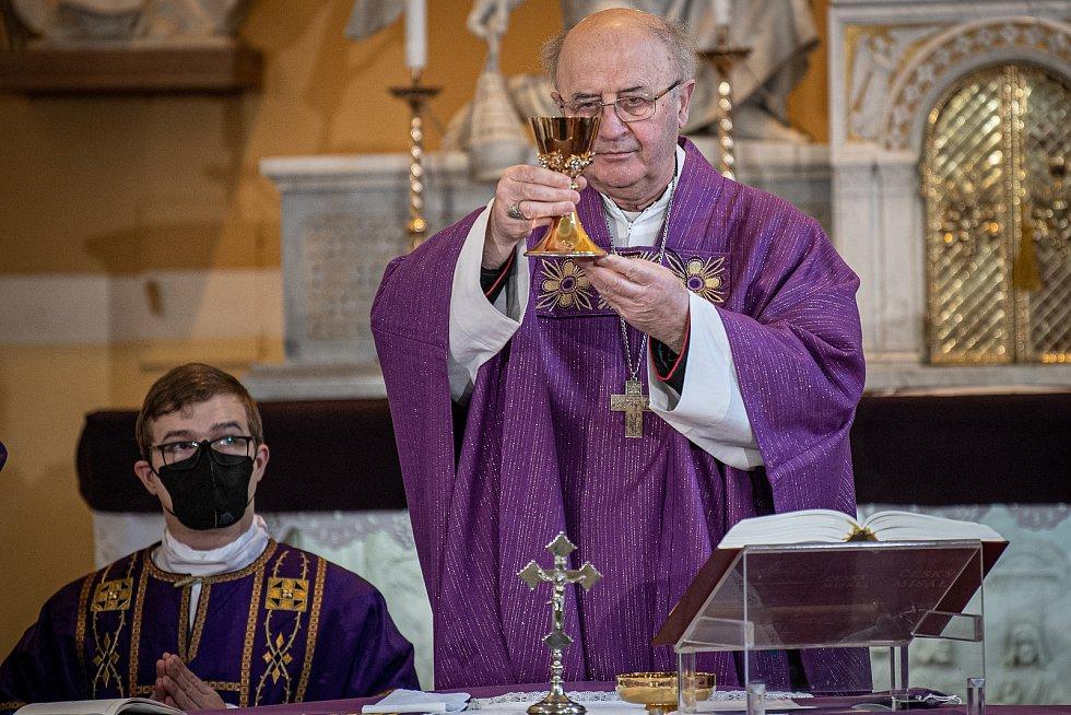 Olomoucký arcibiskup Jan Graubner na slavnostní bohoslužbě v Beňově v březnu 2021