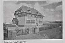 LUŽICE - ČESKÁ HRANIČÁŘSKÁ ŠKOLA. Základní kámen byl položen 4. září 1926. Stavba školy byla pro obec velkou událostí a oslav jejího otevření se zúčastnili i bratři Frištenští, kteří projekt podpořili.