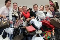 Pracovníci Rádia Haná posbírali tašky na Kabelkový veletrh Deníku