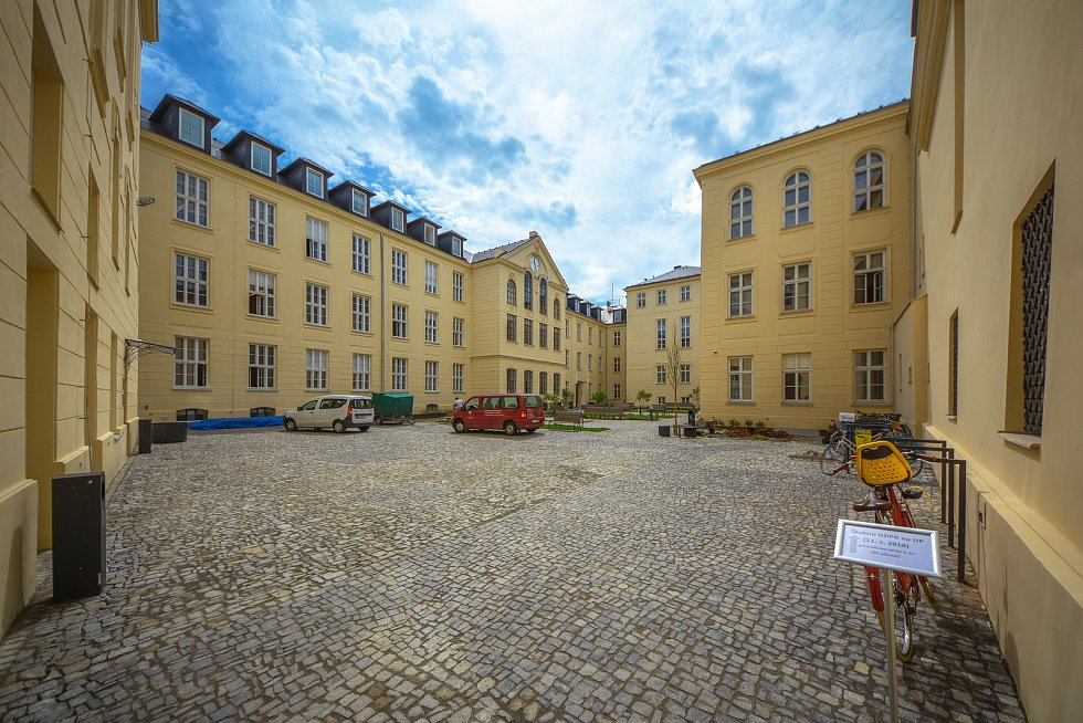 Univerzita Palackého zrekonstruovala další dvě historické budovy. Na snímku opravený areál filozofické fakulty v Křížkovského ulici