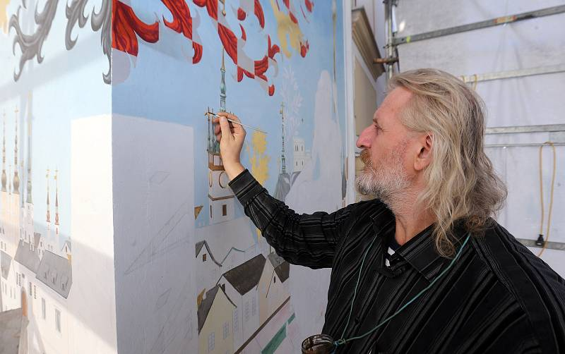 Akademický malíř Radomír Surma dokončuje sluneční hodiny na olomoucké radnici.