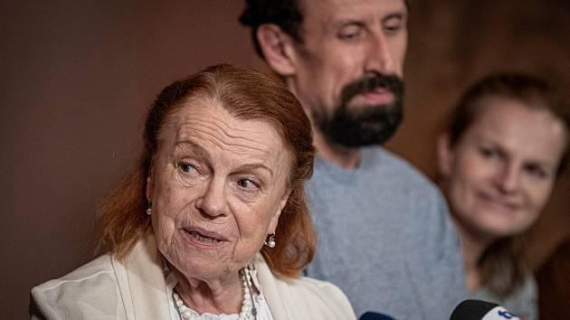 Herečka Iva Janžurová (vlevo), Pavel Šimčík a Iva Pazderková na tiskové konferenci při příležitosti natáčení Krobotova nového filmu Šnajdr, 2. srpna 2021 v Olomouci.
