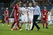 Olomoučtí fotbalisté (v červeném) remizovali se Slováckem 0:0Tomáš Chorý (vlevo), Veliče Šumulikoski (uprostřed), trenér Sigmy Václav Jílek (vpravo)
