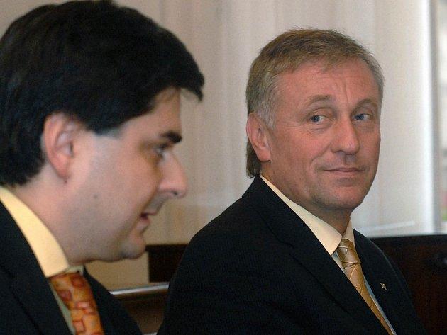 Premiér Mirek Topolánek se usmívá na primátora Martina Novotného, přivezl mu dobré zprávy.