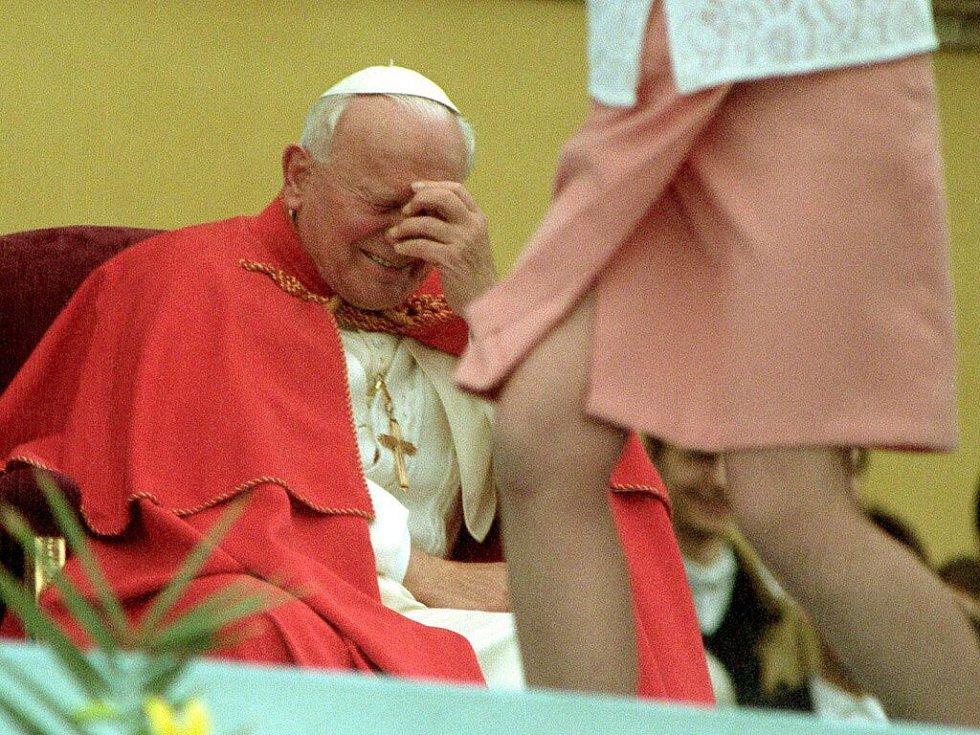 Slavná fotka, která obletěla svět. Papež Jan Pavel II. se baví při tanečním vystoupení na setkání s mládeží na Svatém Kopečku