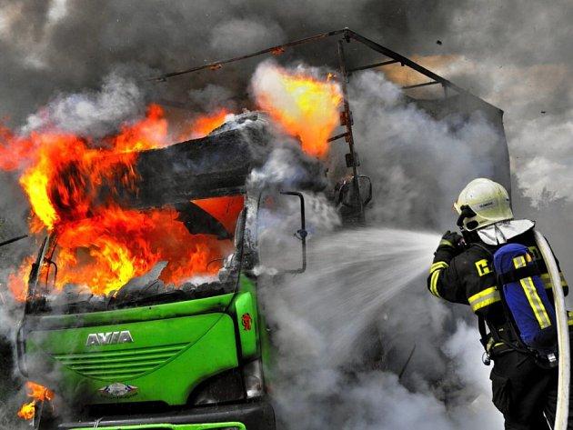 Hasiči zasahují u požáru avie na obchvatu Olomouce