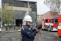 Výrobní halu v areálu Sigmy v Lutíně zachvátil požár