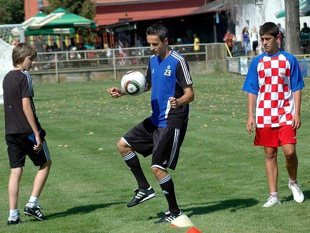 Tomáš Janotka dribluje za obdivného pohledu chorvatské reprezentace