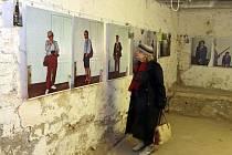 Výstava o špiclování Stasi v podzemí kina Metropol.