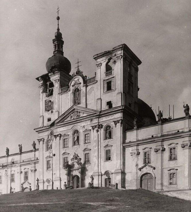 Ostřelováním poškozená bazilika na Sv. Kopečku