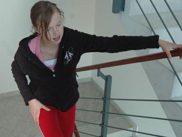 Do schodů běžela i tato dívka.