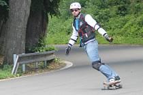 Sjezd Ecce Homo na longboardech