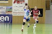 Olomoucké házenkářky prohrály s Trenčínem (v červeném) 27:28. Jarmila Trumpešová (s míčem).