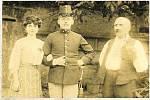 Lída Janulíková rozená Veselá alias Tetinka Křópalka, známá z rozhlasových pořadů, s manželem a otcem Josefem Veselým v Nákle-Mezicích.