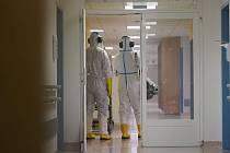 Hasiči dekontaminují jedno z oddělení II. chirurgické kliniky olomoucké fakultní nemocnice, které se vrací z covidového režimu do normálu