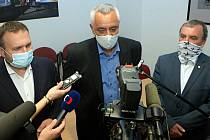 Volební lídři stran nové vládní koalice v Olomouckém kraji: zleva Marian Jurečka (Spojenci), Josef Suchánek (Piráti a Starostové) a Dalibor Horák (ODS)