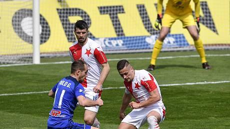 Čtvrtfinále českého fotbalového poháru MOL Cup: SK Sigma Olomouc - SK Slavia Praha 28. dubna 2021 v Olomouci. (zleva) Pablo González z Olomouce a Tomáš Holeš ze Slavie.