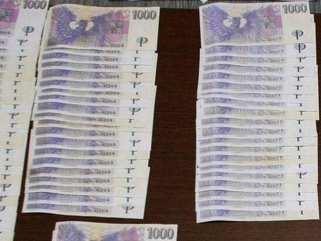 Padělané bankovky, které policisté našli u jednoho ze zadržené čtveřice
