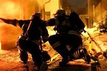 Hasiči zasahují u nočního požáru rodinného domu v Jívové na Olomoucku