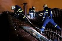 Hasiči zasahují u požáru střechy rodinného domu v olomoucké čtvrti Neředín