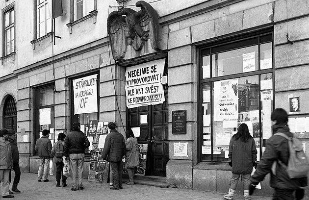 Letáky ve výloze Divadla Oldřich Stibora (dnešní Moravské divadlo). Sametová revoluce vOlomouci