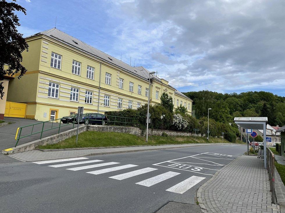 Silnici I/46 v Jívavské ulici ve Šternberku zavře oprava mostu. Objízdná trasa byla naplánovaná kolem základní školy