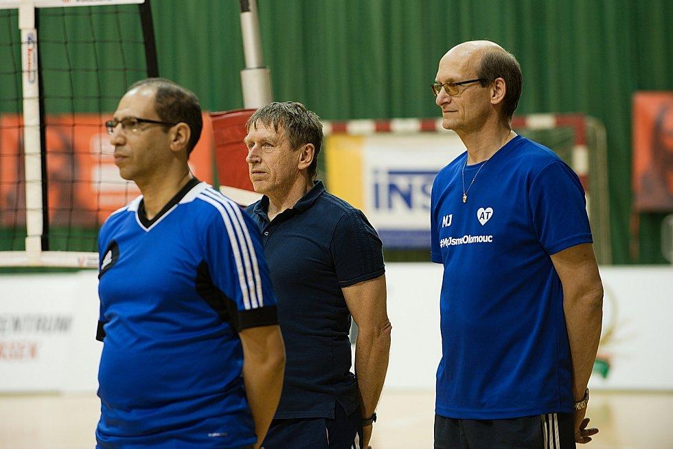 Olomoucké volejbalistky (v modrém) porazily v úvodním finále Prostějov 3:0.