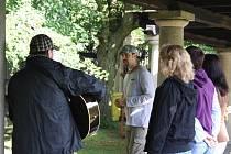 Vokální skupina Mošny z Brna zpívala na 22. ročníku festivalu Zahrada v Náměšti na Hané. Snímek z koncertu v zámecké zahradě.