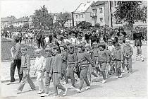 Spartakiádní odpoledne uspořádané místním Sokolem dne 16. června 1985 před Sokolským sletem začalo průvodem Žerotínem.