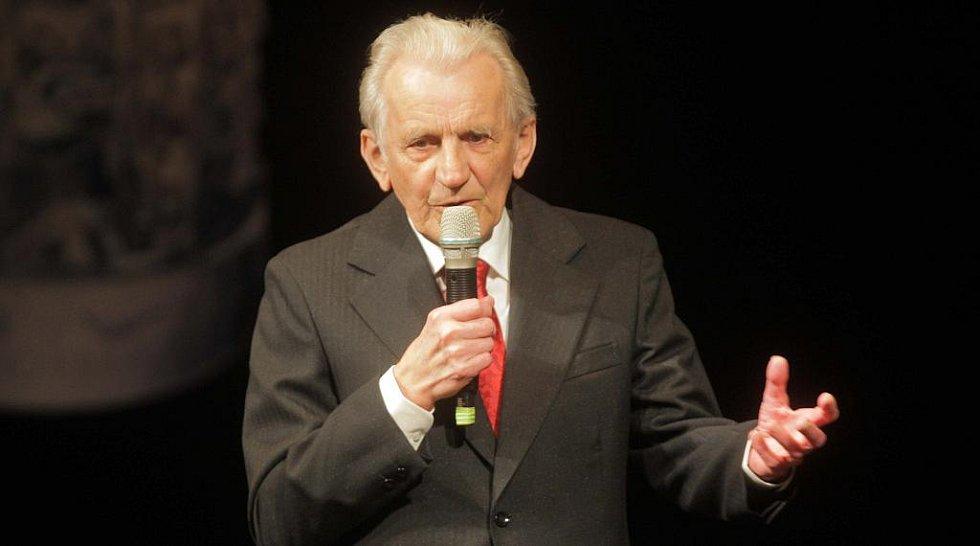 Z vyhlašování Cen Olomouckého kraje za přínos v oblasti kultury. Do dvorany slávy vstoupil historik Milan Tichák