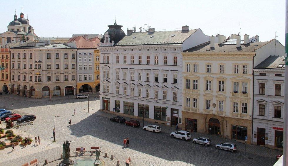 Oprava střechy Moravského divadla. Pohled ze stavebního výtahu na centrum Olomouce