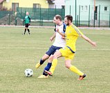 Fotbalové derby krajského přeboru mezi Hněvotínem a Lutínem (žlutí) překvapení nepřineslo.