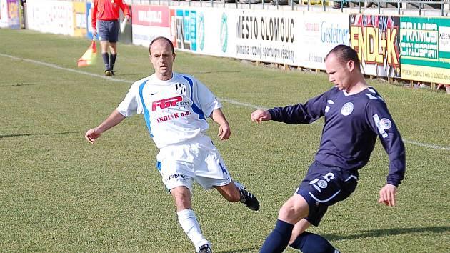 Tomáš Vajda z 1. HFK Olomouc a Tomáš Randa (vpravo) z 1. FC Slovácko