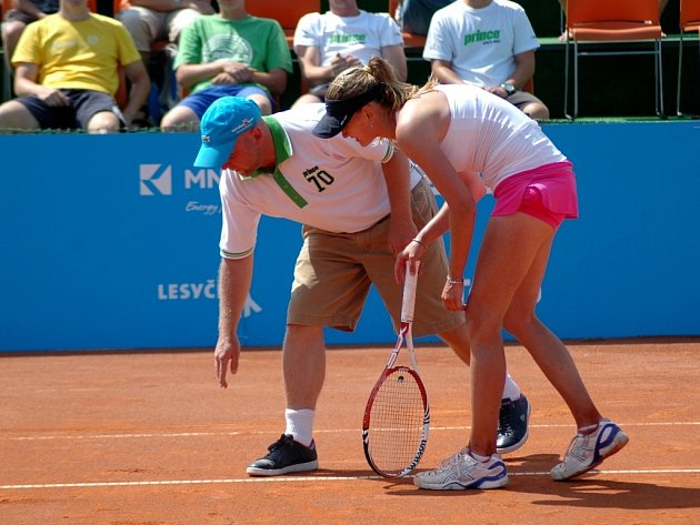 Zuzana Ondrášková kontroluje sporný míč