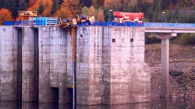 Tragická nehoda jeřábu u dolní nádrže přečerpávací elektrárny Dlouhé stráně