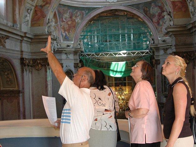 Stovky lidí se přišli podívat na otevřenou baziliku.