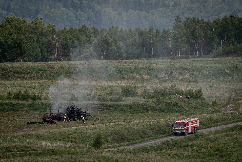 Hasiči dohašují střelnici na mediálním dnu při testování bojových vozidel pěchoty (BVP) z tendru pro českou armádu ve vojenském prostoru Libavá, 27. května 2021.
