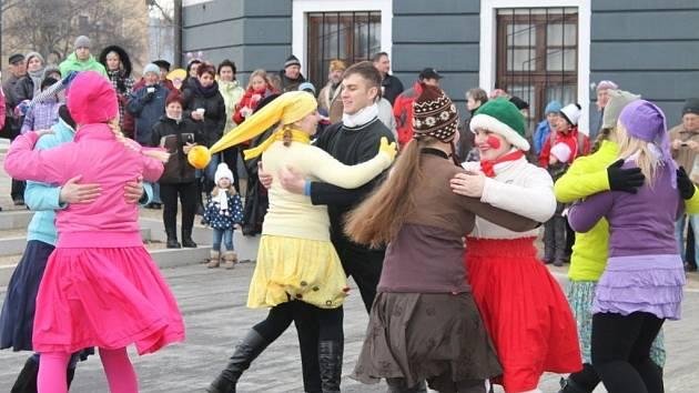 Rej masek, šermířská vystoupení i zabijačkové speciality si dnes (9.2.) užili návštěvníci Zámeckého náměstí ve Velké Bystřici.